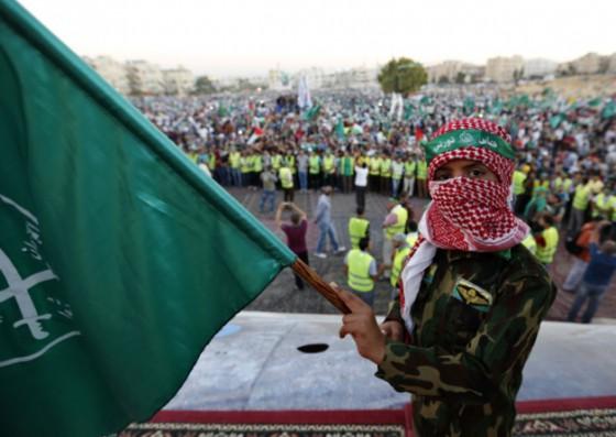 Boy holds Brotherhood flag during Gaza rally in Amman, 08.08.14