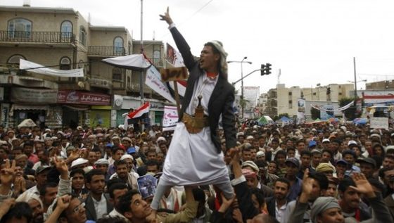 jemen.an_anti-government_protester_is_carried_by_fellow_protesters_as_he_shouts_slogans_during_a_rally_to_demand_the_ouster_of_yemenxs_president_ali_abdullah_saleh_outside_sanaa_university..jpg_1718483346