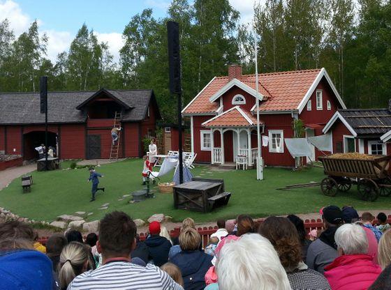 Emil spilles på en friluftscene til glede for store og små i Astrid Lindgrens värld.