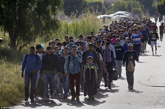 2914EBB300000578-3097559-Migrants_Hundreds_of_men_women_and_children_make_their_way_to_te-a-1_1432660184302