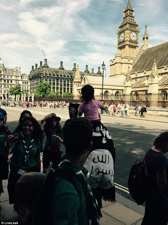 2A3FF2EE00000578-3150089-A_man_paraded_past_the_Houses_of_Parliament_draped_in_an_Islamic-a-80_1436109154253
