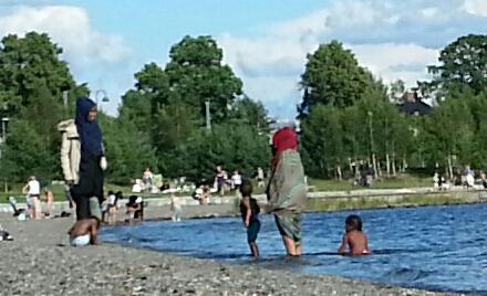 Noen tillater seg å brette opp benklærne til knærne for å vasse mens barna bader.