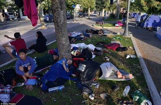 2B5B8B9400000578-3197605-Syrian_refugees_sleep_on_the_street_after_crossing_part_of_the_A-a-69_1439547355217