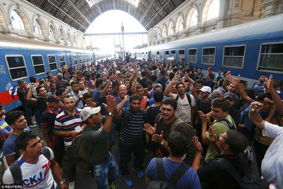 2BDDDEC500000578-3217584-In_total_1_000_migrants_are_still_at_the_Budapest_railway_statio-a-61_1441106121617