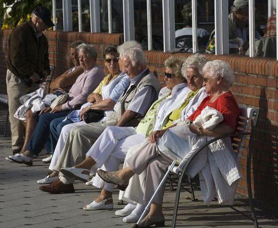 Senioren auf Sitzbank, Grömitz, Deutschland