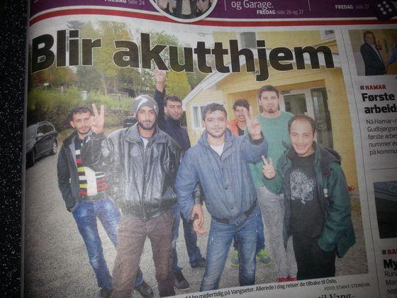 Fornøyde unge menn i Vangsåsen. Naboene føler utrygghet, men spiller det noen rolle når Norge skal redde verden?