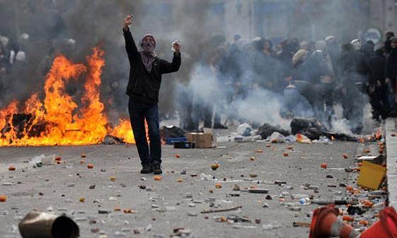 A-demonstrator-goads-riot-001