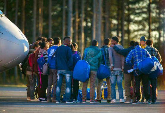 LULE≈ 2015-10-09 De 19 eritreanska asylsˆkande som valts ut i enlighet med den omfˆrdelning som EU enats om anl‰nder med ett chartrar plan till LuleÂs flygplats, Kallax, pfredagen. Foto: Robert Nyholm / TT kod 11435