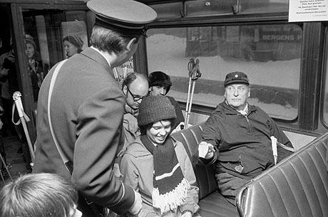Oslo 19731216  Kong Olav  tar trikken / Holmenkollbanen under oljekrisen i 1973.  Kongen tilbyr seg å betale billetten med en tier, men adjutanten hadde allerede betalt for ham. Kongen skal på skitur.Foto: Jan Greve, Scan-Foto, arkiv