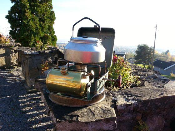 Optimus 111 varmer opp noe godt å drikke på søndagsturen.