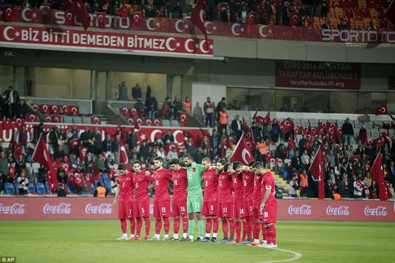 2E8A697000000578-3322708-Turkey_s_players_observed_a_minute_of_silence_to_honour_the_vict-a-68_1447798702946