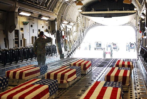 flag-draped-coffins-of-five-us-soldiers-everett