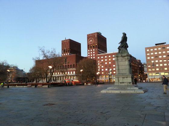 Tordenskiold med Rådhuset i bakgrunnen.