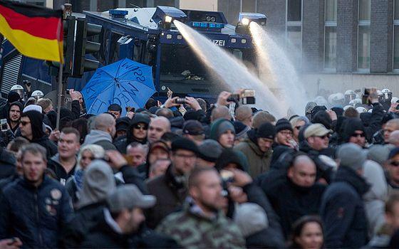 Politiet bruker vannkanoner på pegida-demonstranter i køln lørdag 9. jan 2016
