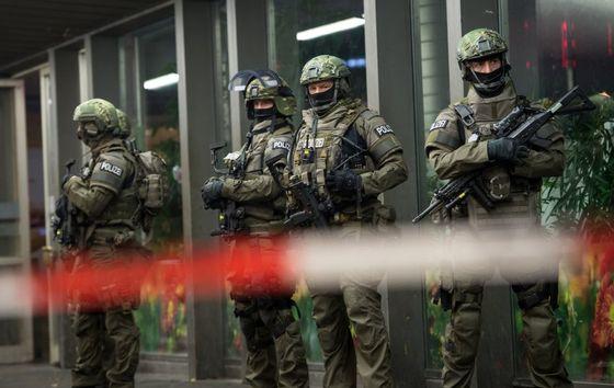 Polizisten stehen am 31.12.2015 in München (Bayern) vor dem Hauptbahnhof. Die Polizei in München hat am Silvesterabend vor einem Terroranschlag in der bayerischen Landeshauptstadt gewarnt. Foto: Sven Hoppe/dpa +++(c) dpa - Bildfunk+++
