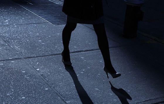 kvinne-spaserer-i-natten