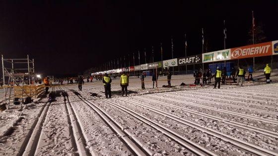 Den enorme startplassen til Vasaloppet fylles raskt opp med 15 800 skiløpere.