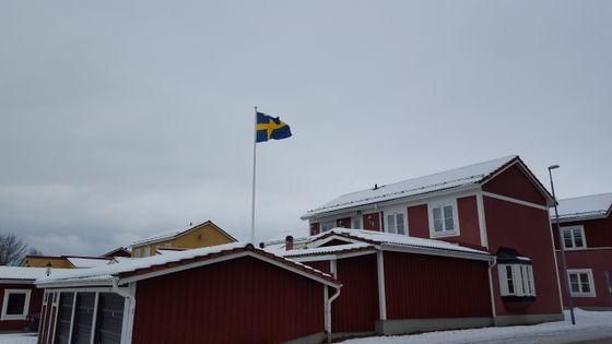 Flagget vaier over de gamle husene i Mora.