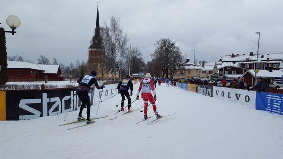 Løperne er endelig i Mora sentrum. 90 kilometer med skiløping er snart over.