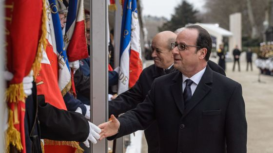 francois-hollande-et-le-ministre-de-la-defense-jean-yves-le-drian-lors-des-commemorations-du-cessez-le-feu-du-19-mars-1962-en-algerie-le-19-mars-2016-a-paris_5567585