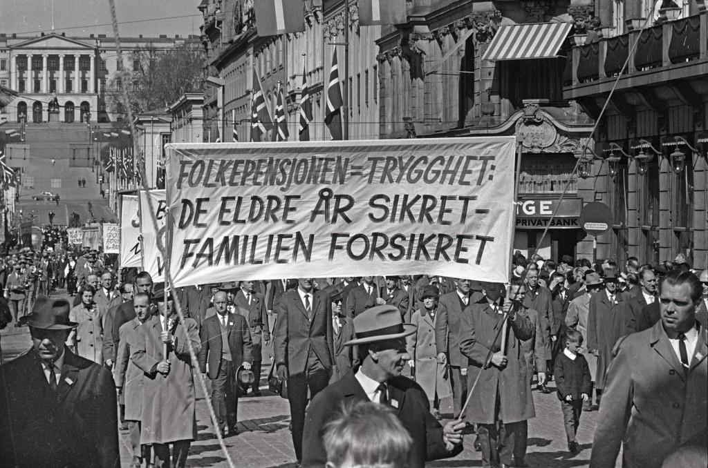 1. mai 1965 i Oslo Demonstrasjonstoget i Karl Johans gate Parole: Folkepensjonen = trygghet- De eldre år sikret - familien forsikret