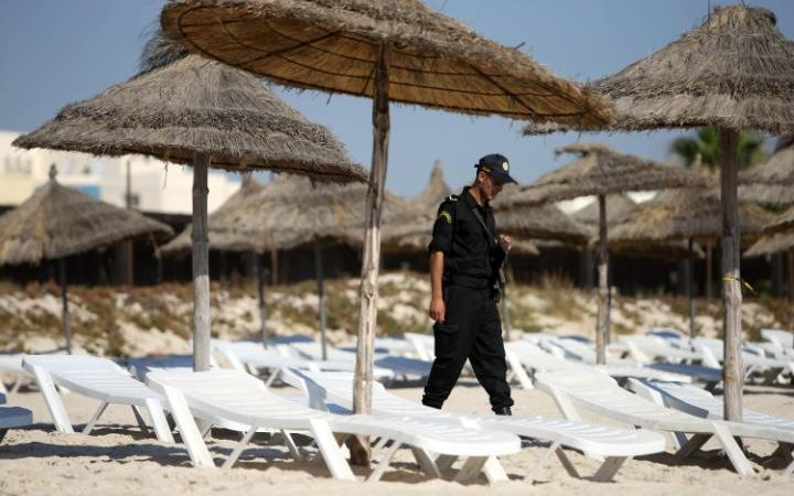 73033336_Police_officers_patrol_the_beach_near_the_RIU_Imperial_Marhaba_hotel_in_Sousse_Tunisia-large_trans++ZgEkZX3M936N5BQK4Va8RWtT0gK_6EfZT336f62EI5U