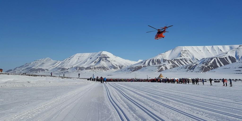 Sysselmannens helikopter har sjekket at Svalbard skimaratons løype er fri for isbjørn.