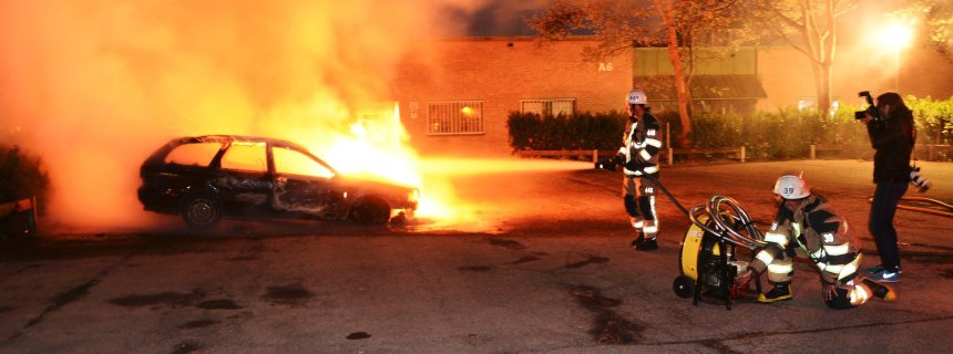 Firefighters extinguish a burning car, following riots in the Stockholm suburb of Kista late May 21, 2013, in this picture provided by Scanpix. Sweden's capital has been hit by some of its worst riots in years after youths scorched dozens of cars, attacked a police station and threw stones at rescue services in its poor immigrant suburbs for the third night running. REUTERS/Fredrik Sandberg/Scanpix (SWEDEN - Tags: CIVIL UNREST POLITICS TPX IMAGES OF THE DAY)   ATTENTION EDITORS - THIS IMAGE HAS BEEN SUPPLIED BY A THIRD PARTY. IT IS DISTRIBUTED, EXACTLY AS RECEIVED BY REUTERS, AS A SERVICE TO CLIENTS. SWEDEN OUT. NO COMMERCIAL OR EDITORIAL SALES IN SWEDEN. NO COMMERCIAL SALES