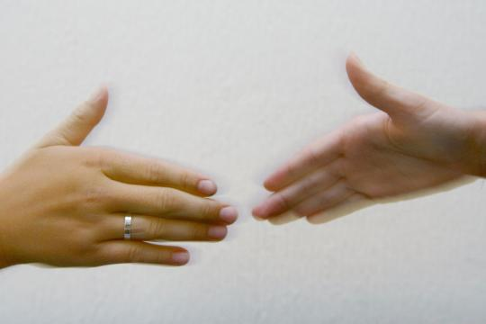 Haende-vor-dem-Handschlag