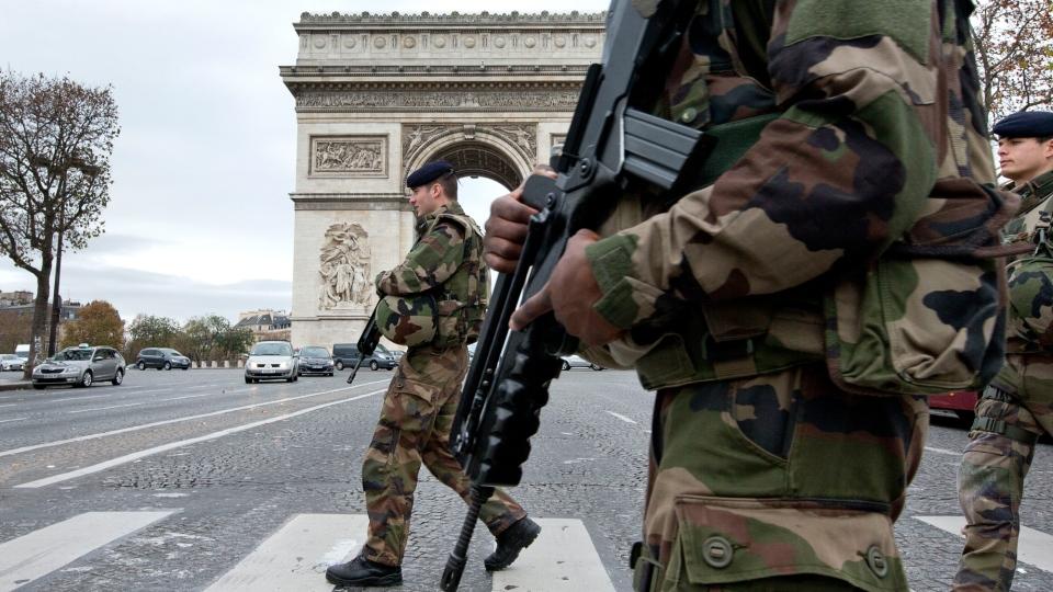 soldater-ved-triumfbuen-paris