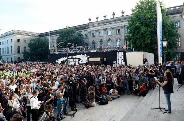 aktion-fluechtlinge-fressen-vor-dem-gorki-theater