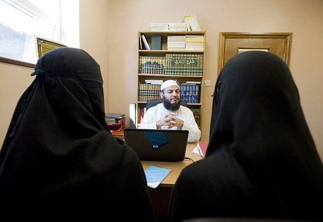 ISLAMIC SHARIA COUNCIL. APPLICATION MEETING AT LEYTONSTONE ISLAMIC CENTRE.  SHEIKH HAITHAM AL-HADDAD TALKING TO TWO FEMALE DIVORCE APPLICANTS. 01-07 -09 PIC BY IAN MCILGORM