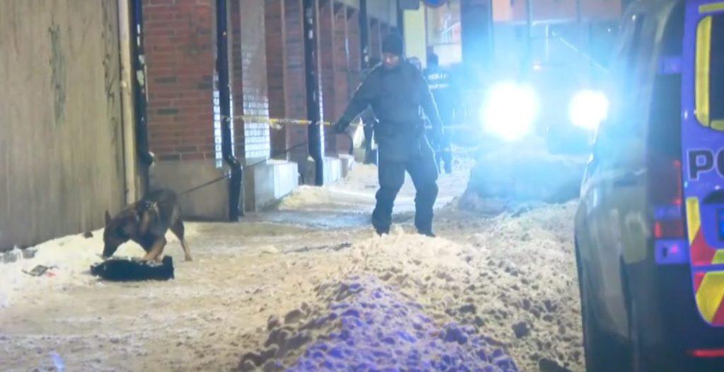 4cc75b14 Politiet har pågrepet to personer etter at en person ble knivstukket flere  ganger i Motzfeldts Gate i Oslo. En ung mann ...