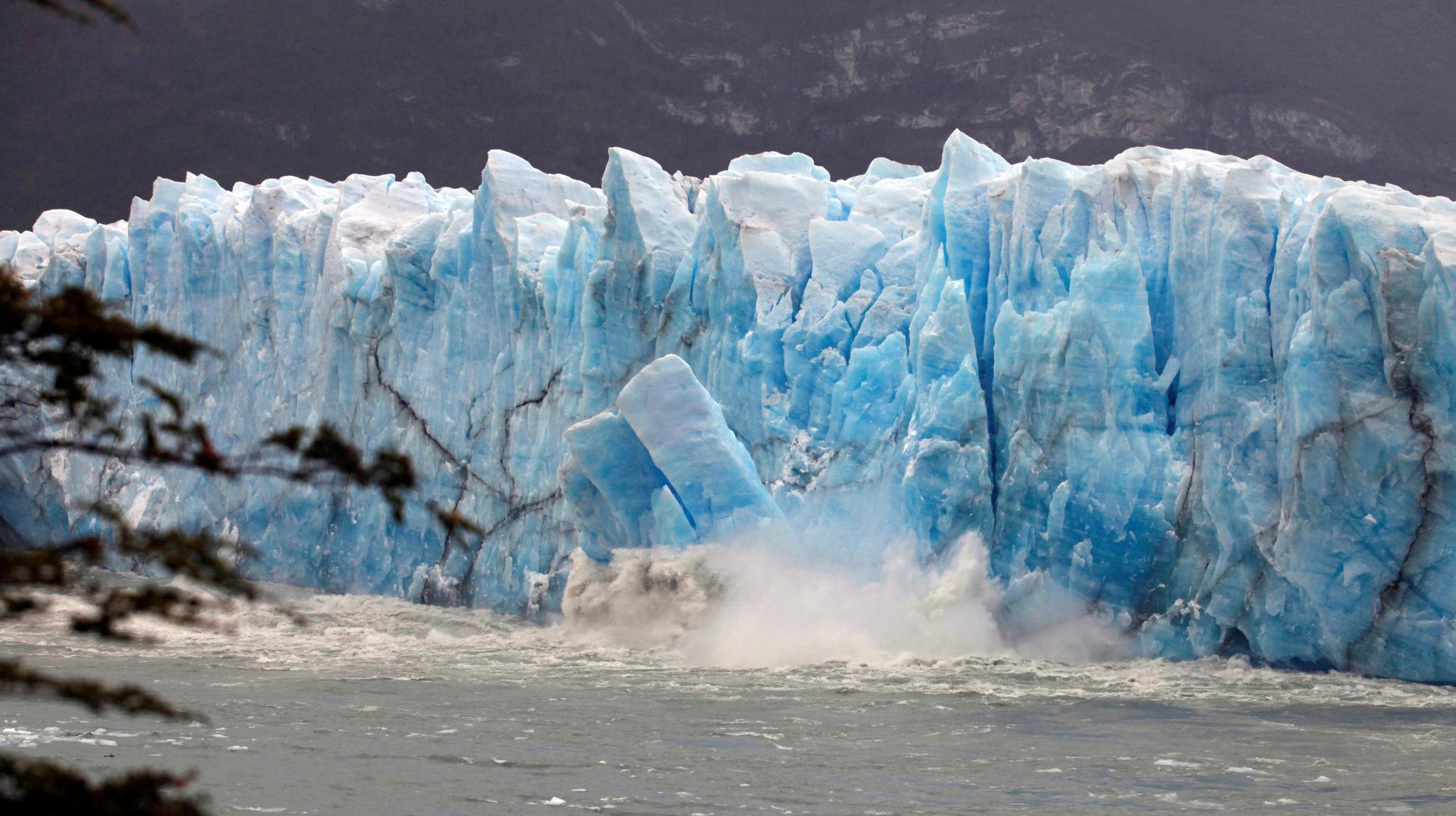 29a72aa2 Is brekker løs fra Perito Moreno-isbreen, ikke langt fra El Calafate i  Argentina den 11. mars 2018. Foto: Andres Arce / Reuters / Scanpix.