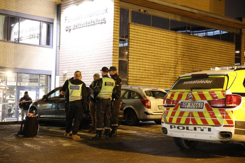 efdde69a Politiet kom raskt til åstedet ved Furuset bibliotek og aktivitetssenter.  Foto: Audun Braastad / NTB scanpix