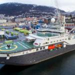 Nok en båt med klimaturister fast i isen: Man må bare flire
