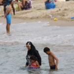 Fullt «familieslagsmål» på svensk strand. Ettåring til sykehus