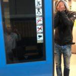 Fire gutter hopper på jente på T-banen i Stockholm, mishandler henne foran 50